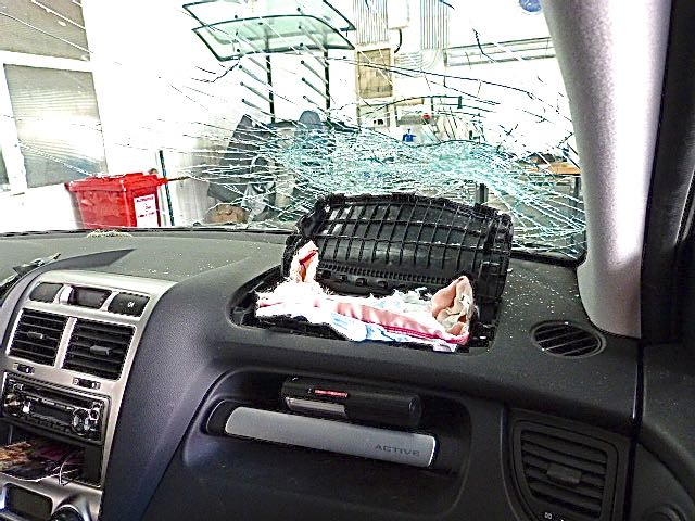 Airbag explodiert und seine Wucht deformiert Scheibe