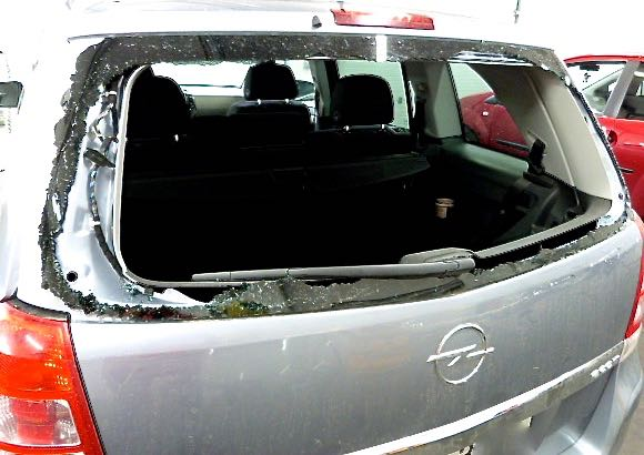 Opel Astra Heckscheibe zerstört