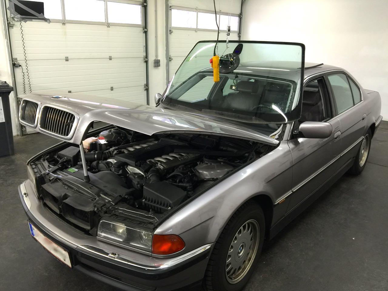 BMW 7er am Kran schwebende Scheibe