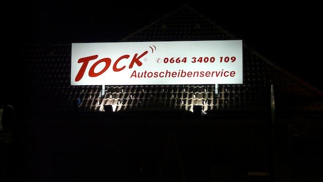 Firmenschild bei Nacht